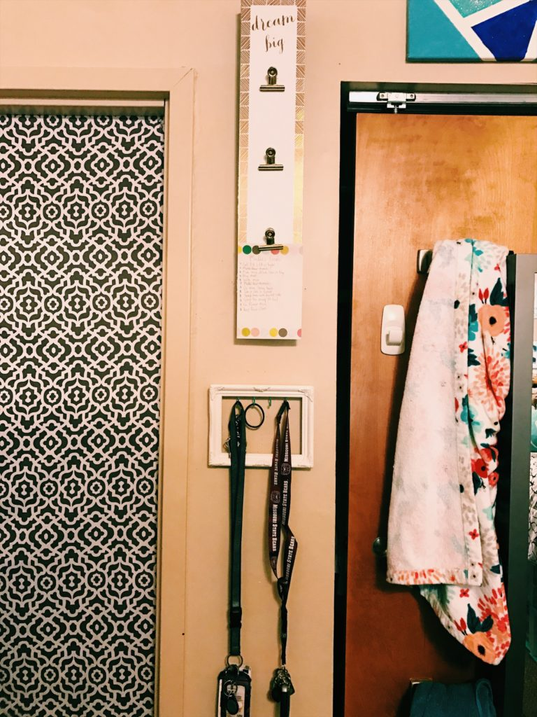 Recently I moved rooms with my roommate Courtney in the sorority house! I can't wait to show you the interior and all the cool decor. Let's get started --theblondelifestyle.com